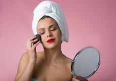 Mujer hermosa que quita maquillaje Fotos de archivo