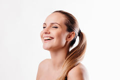Mujer hermosa que ríe en el fondo blanco Fotografía de archivo libre de regalías