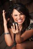 Mujer hermosa que recibe llamada o el texto Fotos de archivo