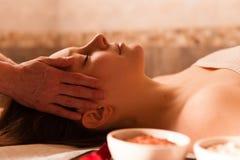 Mujer hermosa que recibe un masaje en un balneario. Imágenes de archivo libres de regalías