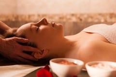 Mujer hermosa que recibe un masaje en un balneario. Fotos de archivo