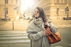 Mujer hermosa que recorre cerca foto de archivo libre de regalías