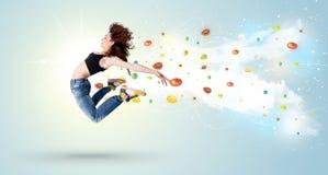 Mujer hermosa que salta con las gemas y los cristales coloridos en el b Imágenes de archivo libres de regalías