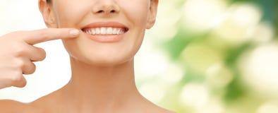 Mujer hermosa que señala a los dientes Foto de archivo libre de regalías