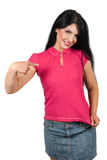 Mujer hermosa que señala a su camiseta en blanco rosada Fotos de archivo libres de regalías