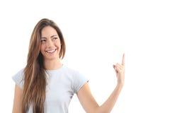 Mujer hermosa que señala un texto en blanco Fotografía de archivo
