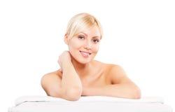 Mujer hermosa que se acuesta Muchacha del balneario Salón de belleza Foto de archivo libre de regalías