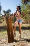 Mujer hermosa que se coloca al aire libre fotografía de archivo