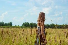 Mujer hermosa que se coloca en campo de maíz soleado fotografía de archivo libre de regalías