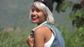 Mujer hermosa que se divierte al aire libre metrajes