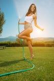 Mujer hermosa que se divierte en jardín del verano con el jardín ho foto de archivo libre de regalías