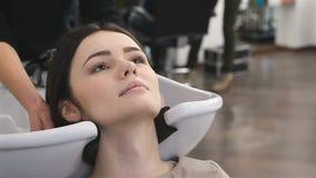 Mujer hermosa que se lava el pelo almacen de metraje de vídeo