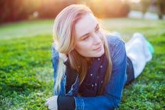 Mujer hermosa que se relaja al aire libre Imagen de archivo