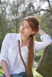 Mujer hermosa que se relaja al aire libre fotos de archivo libres de regalías