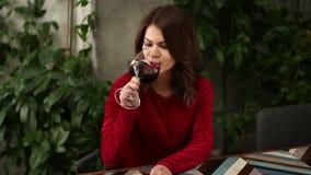 Mujer hermosa que se relaja con el vidrio de vino almacen de metraje de vídeo