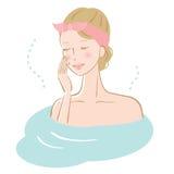 Mujer hermosa que se relaja en bañera Imagenes de archivo