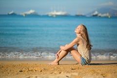 Mujer hermosa que se relaja en la playa Fotos de archivo libres de regalías