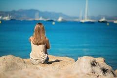 Mujer hermosa que se relaja en la playa Foto de archivo