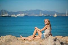 Mujer hermosa que se relaja en la playa Imágenes de archivo libres de regalías
