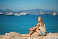 Mujer hermosa que se relaja en la playa Fotografía de archivo