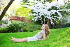 Mujer hermosa que se relaja en parque japonés Fotografía de archivo