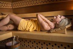 Mujer hermosa que se relaja en sauna Fotos de archivo
