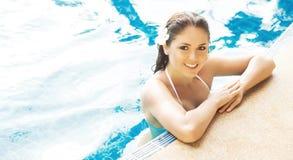 Mujer hermosa que se relaja en una piscina en el verano Fotografía de archivo