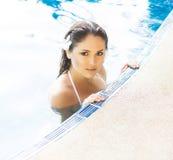 Mujer hermosa que se relaja en una piscina en el verano Fotos de archivo libres de regalías