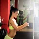 Mujer hermosa que se resuelve en gimnasio - muchacha del ajuste en aptitud Imágenes de archivo libres de regalías