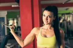 Mujer hermosa que se resuelve en gimnasio - muchacha del ajuste en aptitud Fotos de archivo libres de regalías
