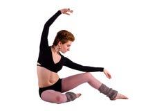 Mujer hermosa que se sienta en actitud de la danza Imágenes de archivo libres de regalías