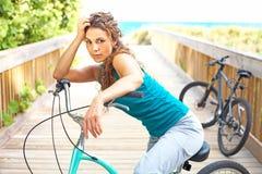 Mujer hermosa que se sienta en la bicicleta imágenes de archivo libres de regalías