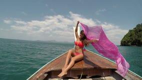 Mujer hermosa que se sienta en la cámara POV de la acción de la nariz del barco de Tailandia, aumentando la sonrisa feliz de la c almacen de metraje de vídeo