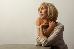 mujer hermosa que se sienta en la tabla Imagen de archivo