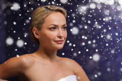 Mujer hermosa que se sienta en toalla de baño en la sauna Fotografía de archivo