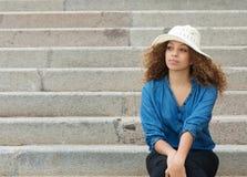 Mujer hermosa que se sienta solamente en las escaleras imagen de archivo libre de regalías
