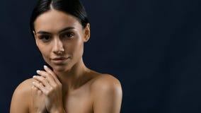 Mujer hermosa que se sostiene el pelo negro Foto de archivo libre de regalías