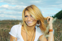 Mujer hermosa que sonríe en el campo Imagen de archivo