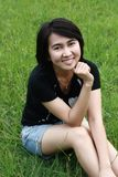 Mujer hermosa que sonríe en el parque Imagen de archivo
