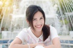 Mujer hermosa que sonríe en la cámara Foto de archivo libre de regalías