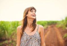 Mujer hermosa que sonríe, riendo, forma de vida de la moda Imagenes de archivo