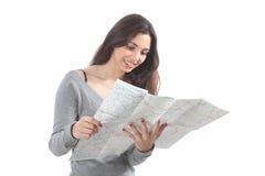 Mujer hermosa que sonríe y que mira un mapa de camino Fotografía de archivo libre de regalías