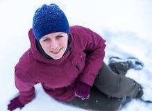Mujer hermosa que sopla en la nieve en un bosque del pino Fotografía de archivo