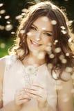 Mujer hermosa que sopla un diente de león Fotografía de archivo libre de regalías