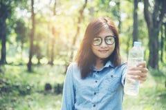 Mujer hermosa que sostiene el agua dulce Fotografía de archivo libre de regalías