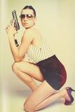 Mujer hermosa que sostiene el arma fotografía de archivo libre de regalías