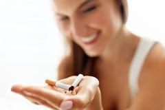 Mujer hermosa que sostiene el cigarrillo roto Abandono de los cigarrillos Imágenes de archivo libres de regalías