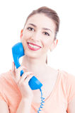 Mujer hermosa que sostiene el teléfono como concepto de la atención al cliente Imagen de archivo