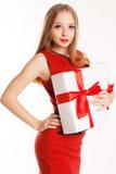 Mujer hermosa que sostiene la caja de regalo blanca Imagenes de archivo