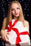 Mujer hermosa que sostiene la caja de regalo blanca Imagen de archivo